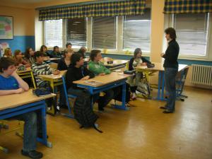 Lenka Palkovská s žáky na začátku hodiny