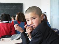 dostupné z: http://commons.wikimedia.org/wiki/File:Kyrgyz_student.jpg