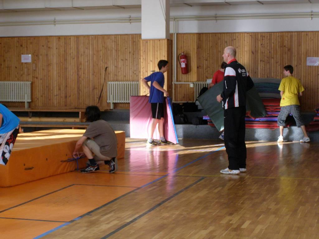 s žáky při úklidu tělocvičny