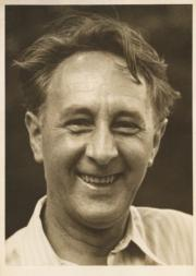 Neznámý: Portrét Bohuslava Martinů smějícího se, U.S.A. Darien 1943 [CC-BY-SA-3.0-cz], via Wikimedia Commons
