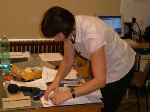 Leonora Kitzbergerová při přípravě na vyučování